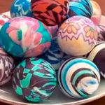 Покраска пасхальных яиц тканью